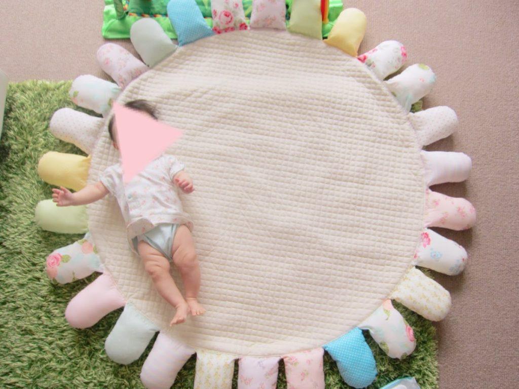 パステルカラーのサニーマットと赤ちゃん
