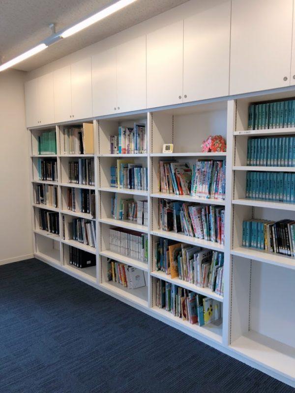 本棚に整理されている本と絵本