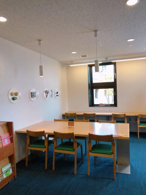図書室の机と椅子