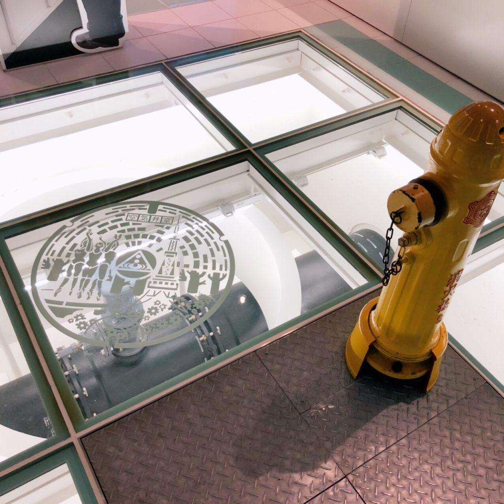 透明な床で地下の水道管を可視化