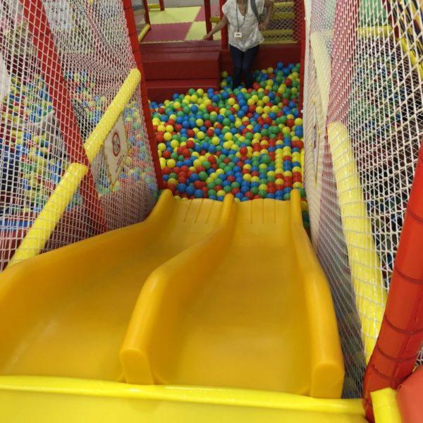 黄色い小さな滑り台とボールプール