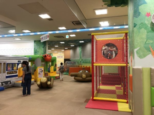 あそびパーク札幌の受付からの眺め、遊具の様子
