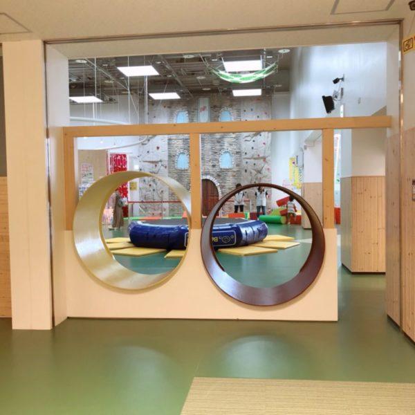 大型遊具エリアに続く円形のトンネル