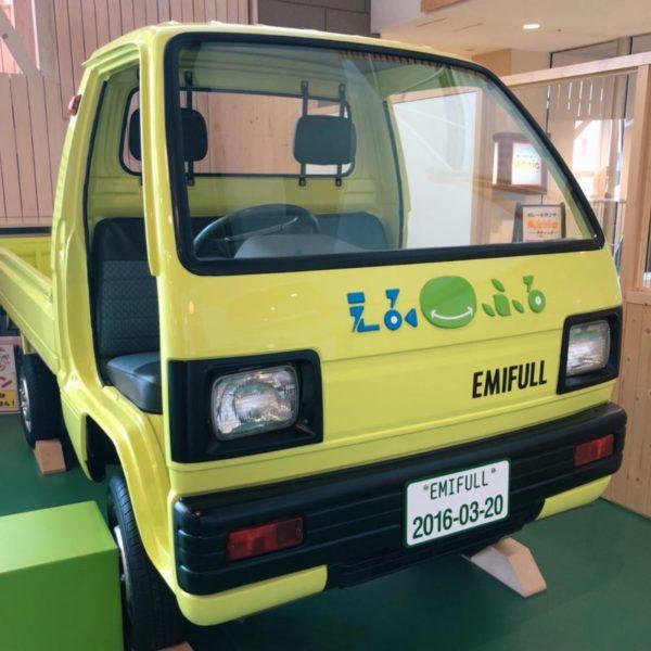 黄緑色の本物のトラック