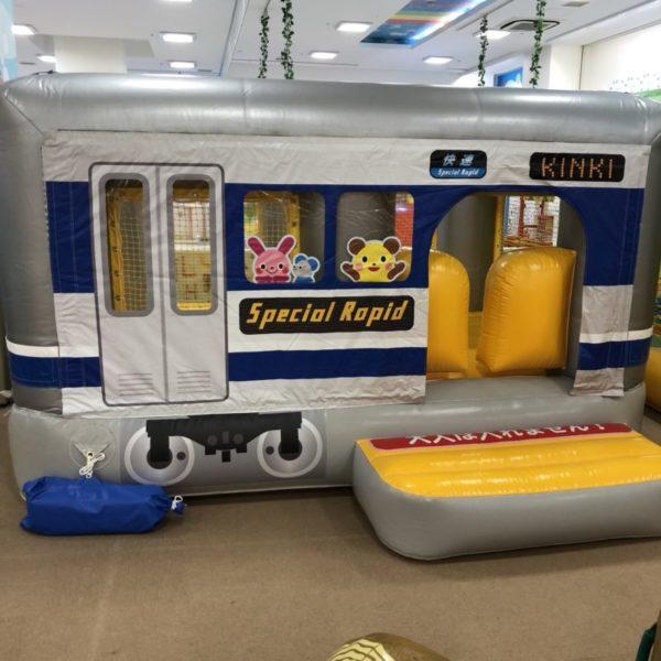 電車の形をした幼児用のふわふわ遊具
