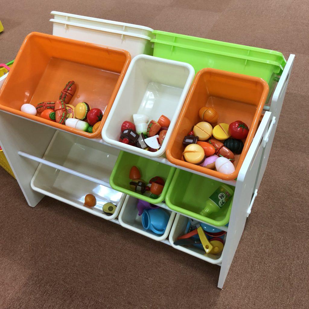 おままごとのセットの野菜や果物、食器