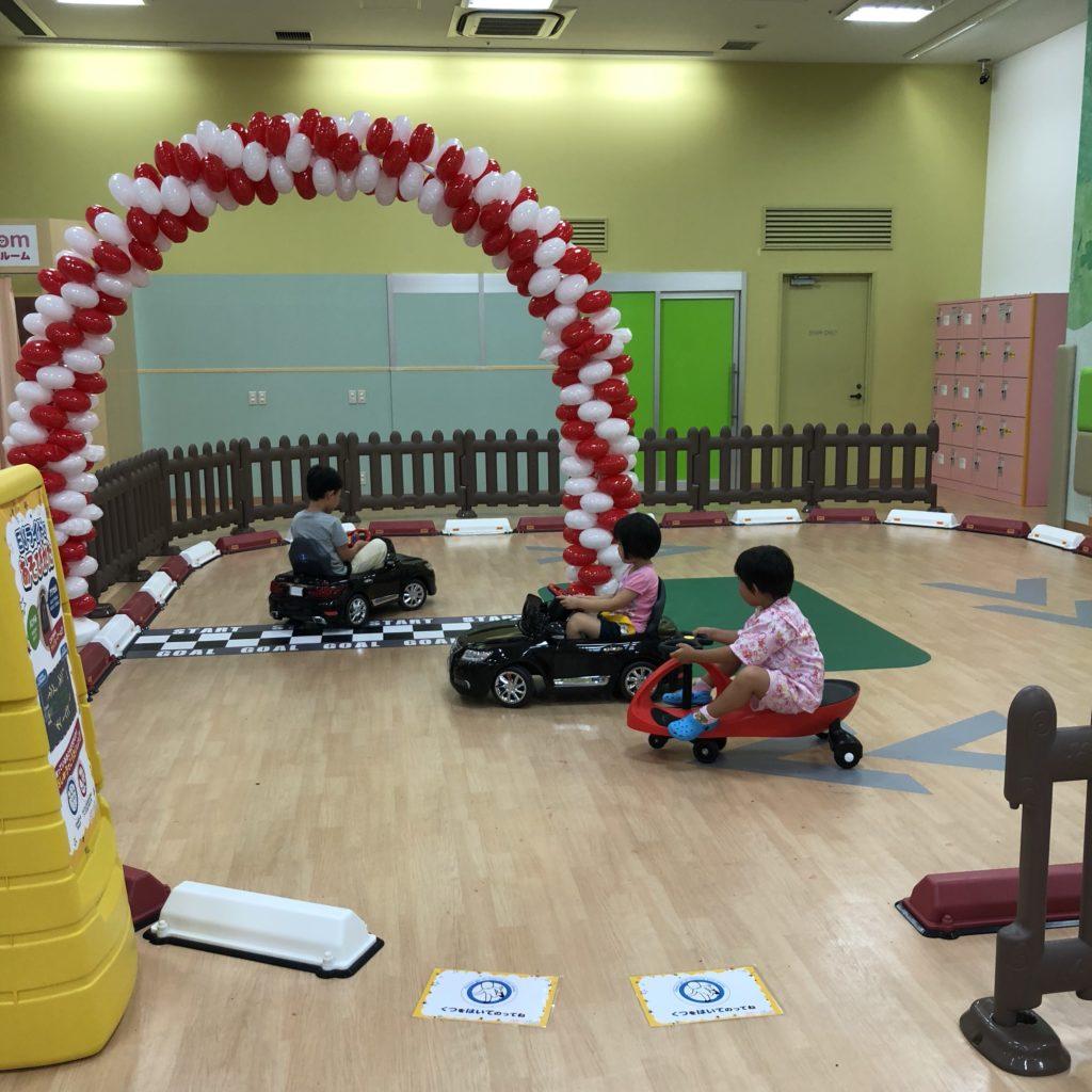 EVカーもコースで運転する子供たち