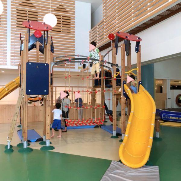 滑り台とロープの大型コンビネーション遊具