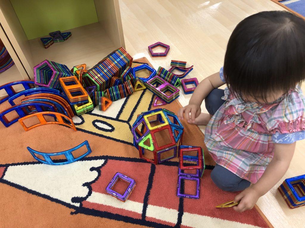 マグネット式ブロックで遊ぶ娘