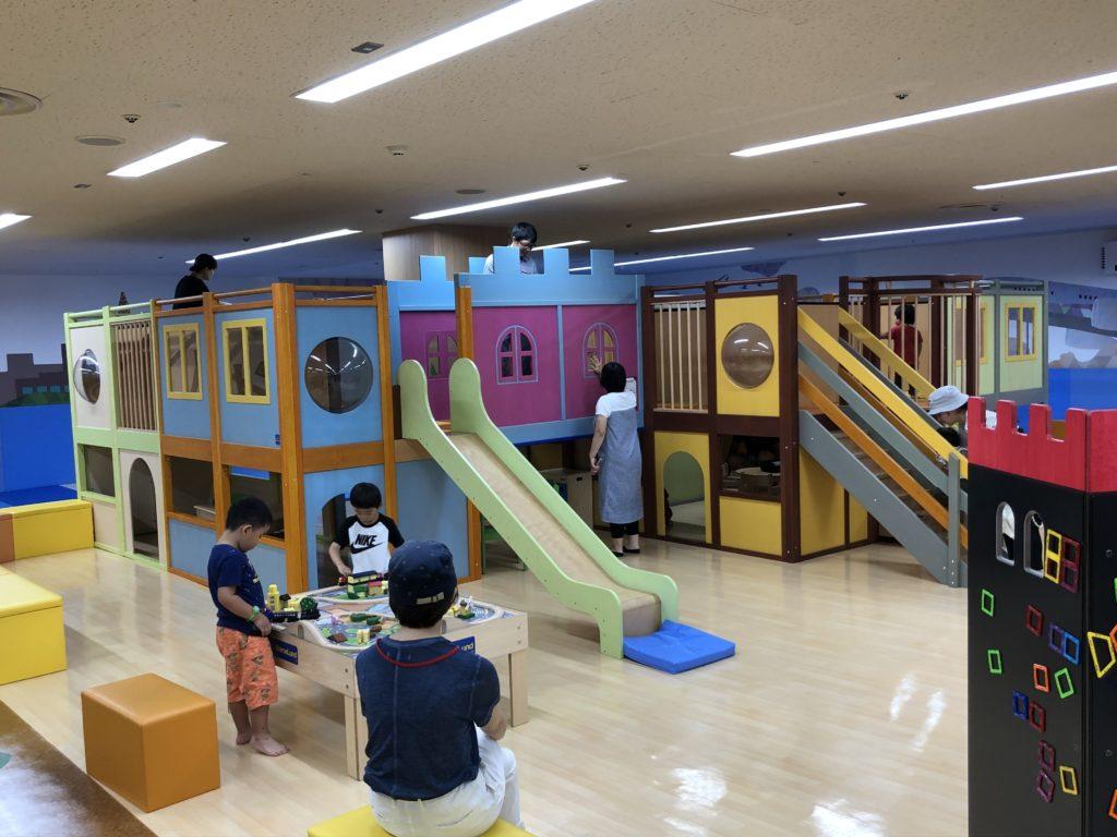 木製の大型遊具と滑り台