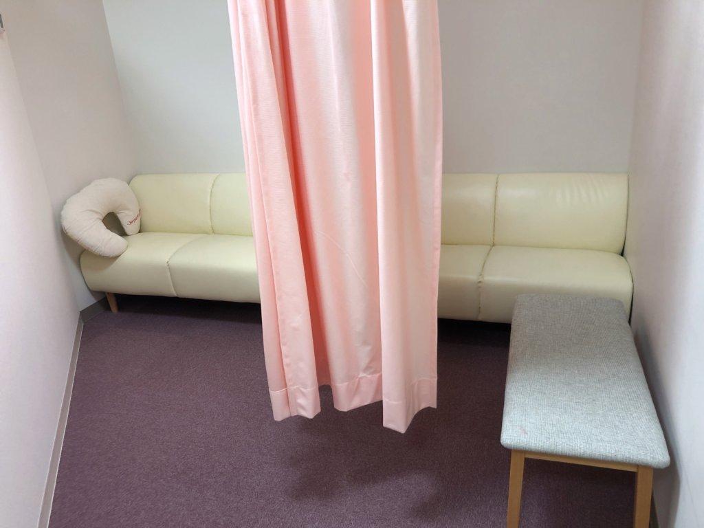 カーテン付きの授乳スペース