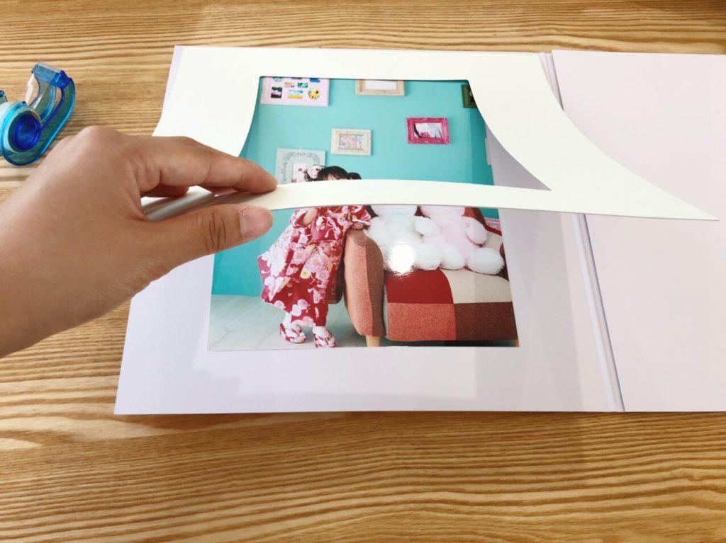 写真台紙に写真を貼り付ける