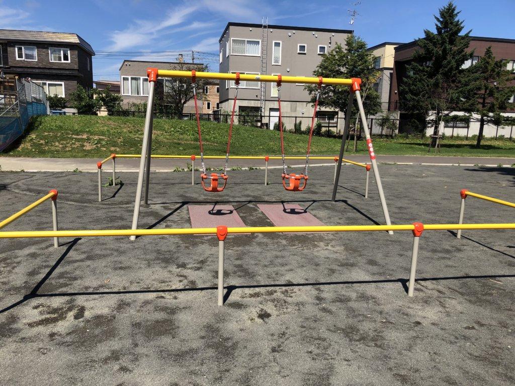 発寒西公園の幼児向けバスケット型ブランコ