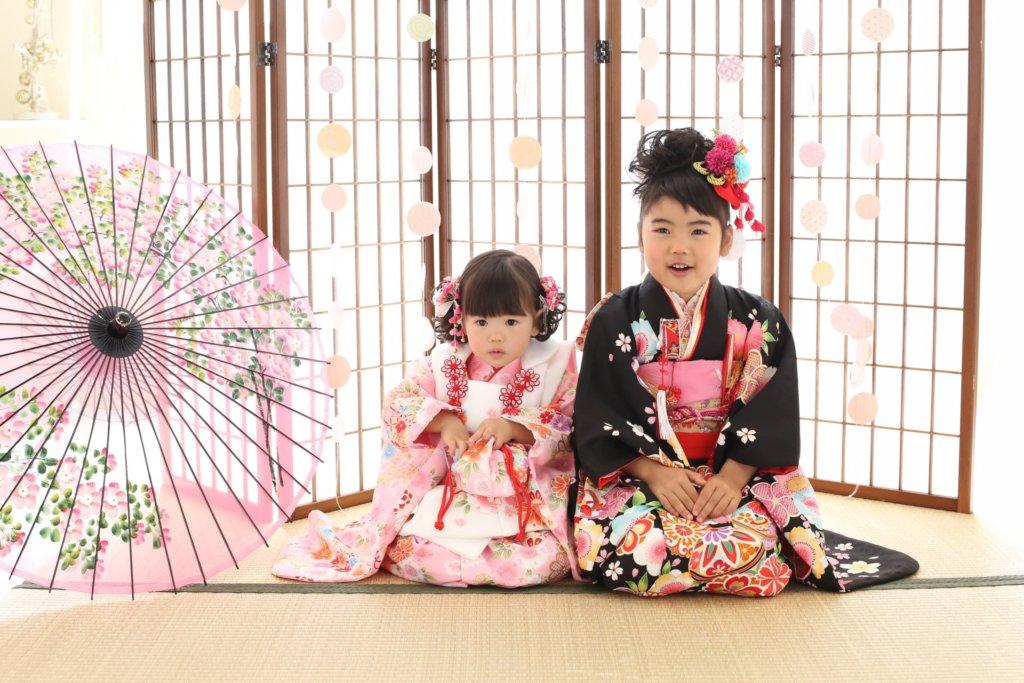 七五三の写真撮影をする女の子の姉妹