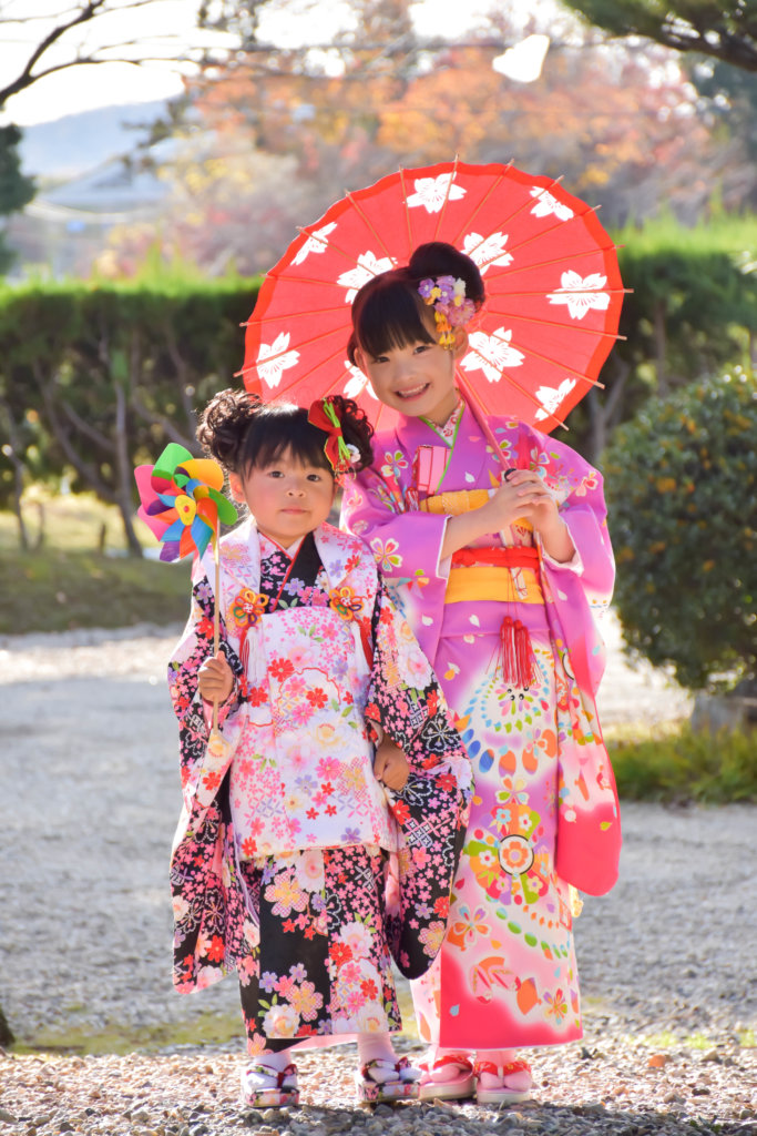 七五三の着物を着た女の子2人