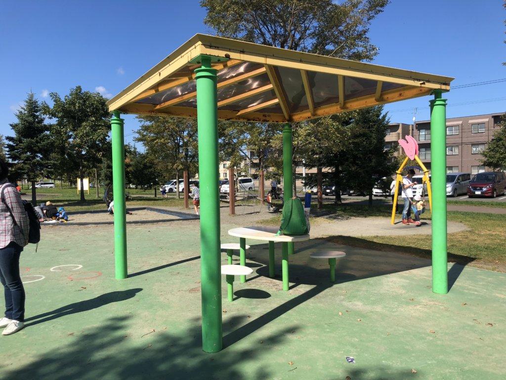 屯田公園の休憩スペース・ベンチとテーブル