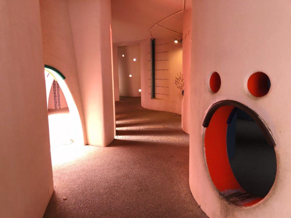 遊具アリの巣トンネルの内部
