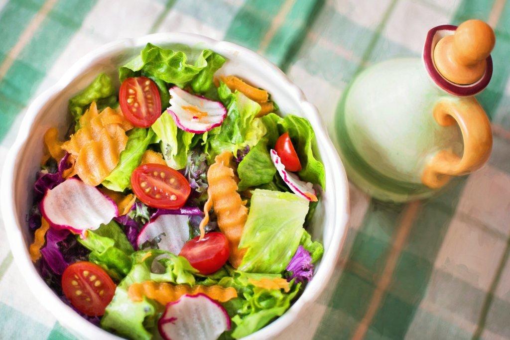 沢山の野菜の入ったサラダ
