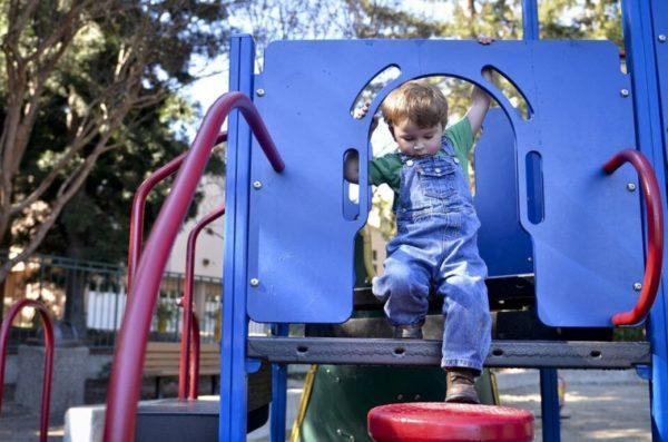 遊具で遊ぶ幼児