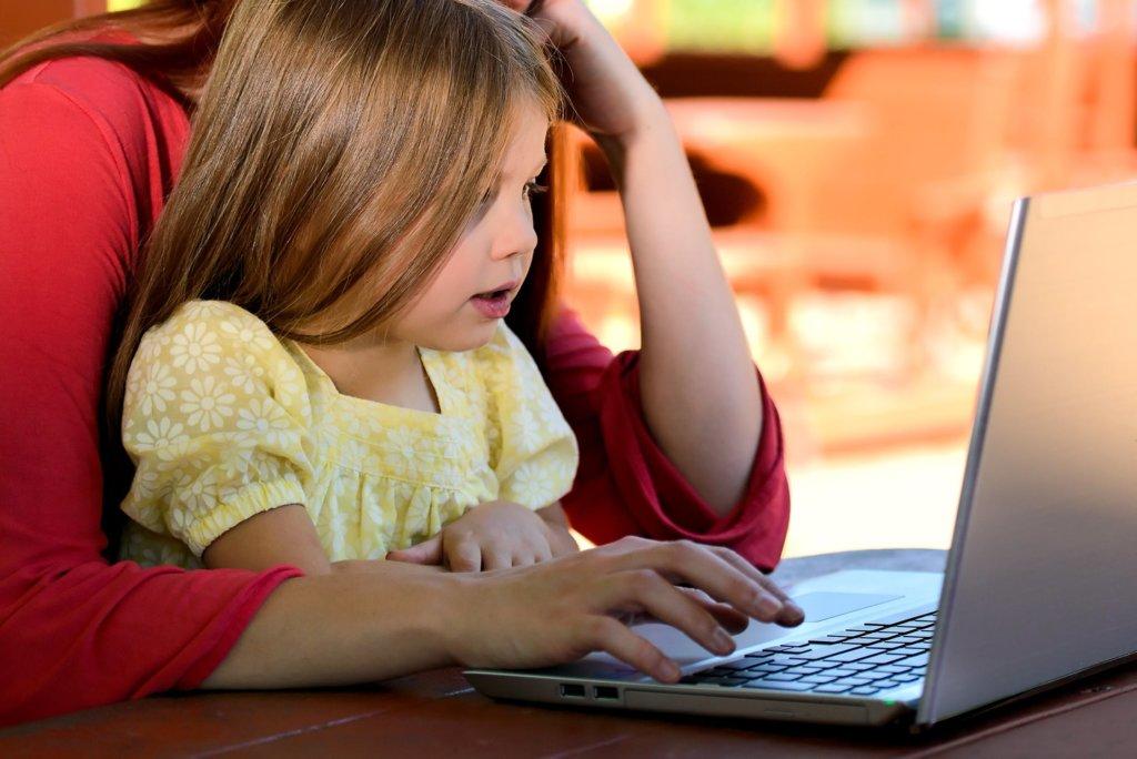 親子でパソコンを使う様子