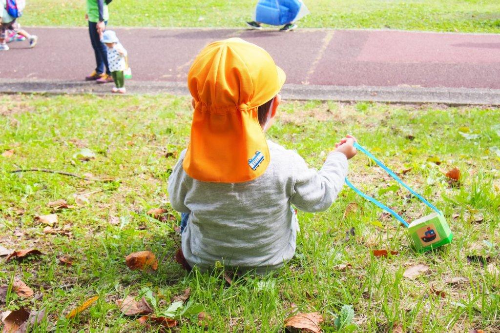 カラー帽子をかぶる幼児